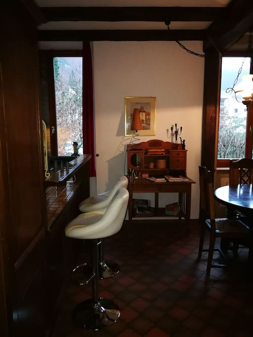 bar entre la cuisine et l'espace repas/ bar in-between kitchen and dining area