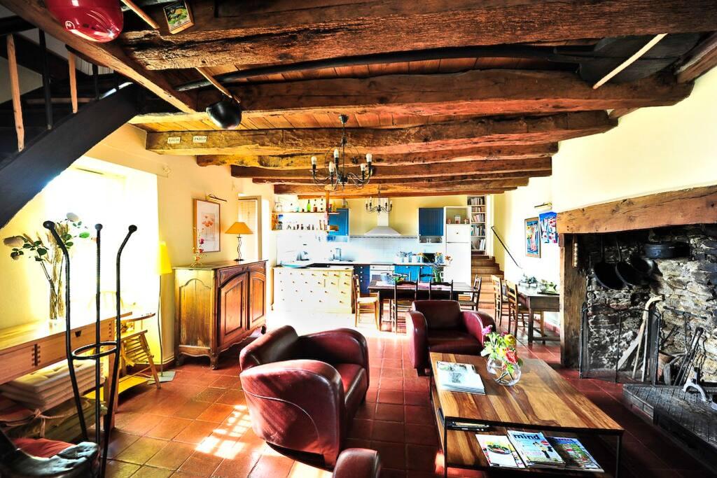 Salon-Cuisine avec cantou ( grande cheminée du Quercy)