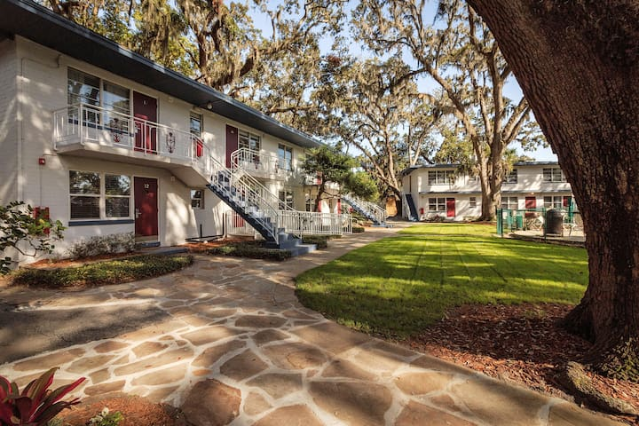 "Queens Court, nestled in the Heart of the Village shopping area of St. Simons, has kept the ""Old Island Charm:.  The vintage inn has been kept intact since 1948, and has only grown more graceful with age."