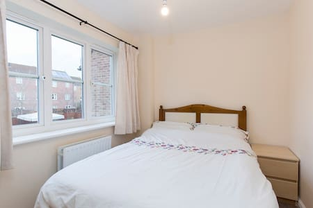 Small Double Room in Cheltenham - Cheltenham - Rumah
