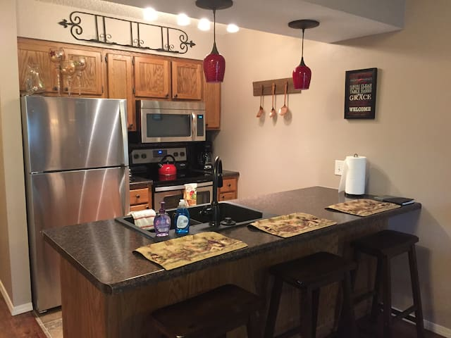 Clean, Upscale Walk In, Brand New Everything! - Reeds Spring - Apartament