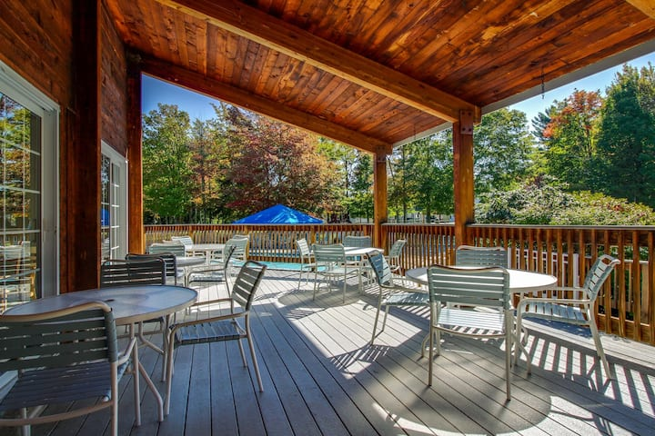 Relaxing ski condo w/ shared pools, hot tub, entertainment & nearby ski access