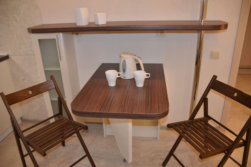 Обеденный столик складной. По Вашему желанию его можно поднять или опустить/ You can lift or lower the dinner table at your will.
