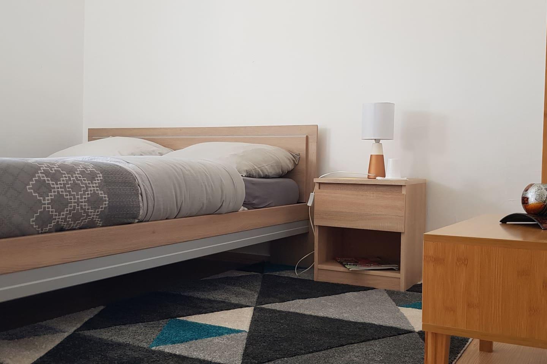 Chambre privée avec lit double et un espace de rangement.