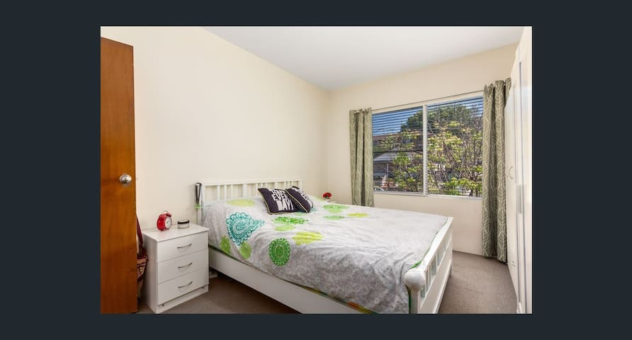 Sunlit apartment in Ashfield