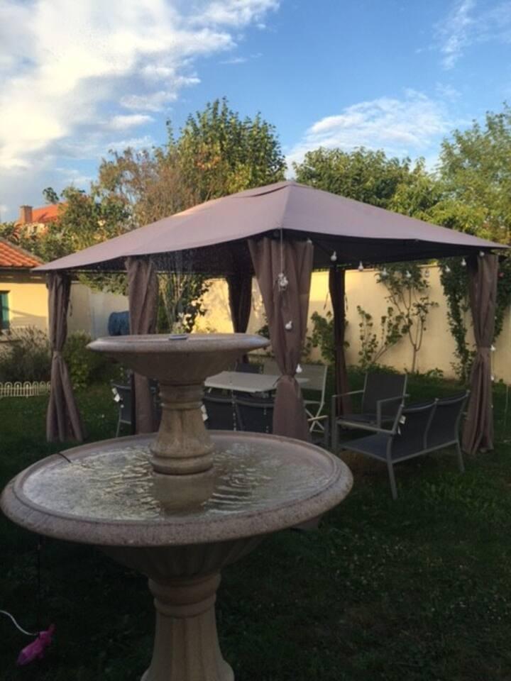Logement complet avec accès au jardin de la maison