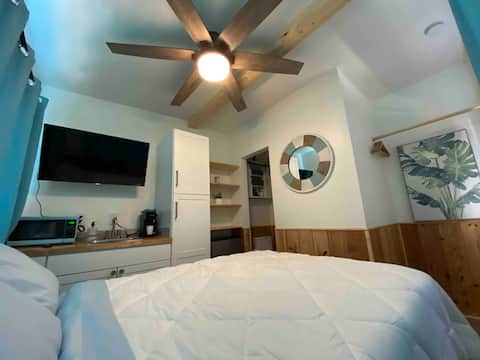 CLEAN COZY TINY COTTAGE WITH PRIVATE ENTRANCE!