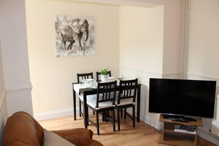 Living Room / Photo 1