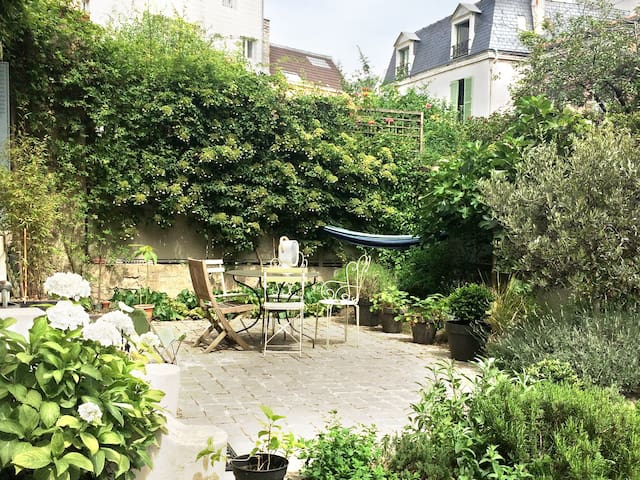 With exclusive bathroom Garden in Paris