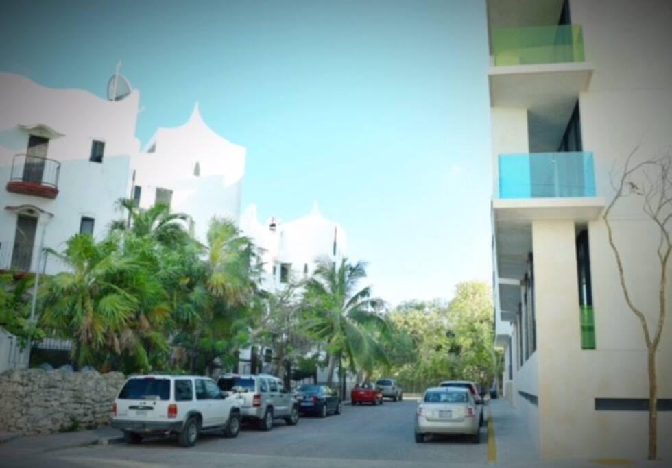 El departamento se encuentra a pasos de la playa y con fácil acceso a beach clubs y a la famosa 5ta. Avenida
