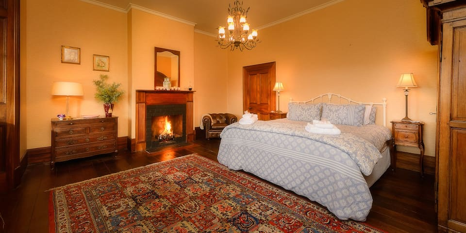 Heritage king room Rathmore House, Hollow Tree