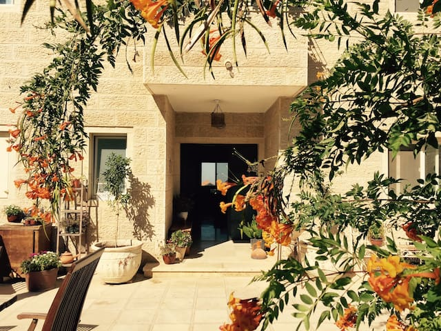Sunny Mountain Bdrm & Prvt Bath near Jerusalem - Har Adar - Bed & Breakfast