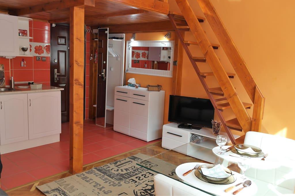 Nappali és bejárat, living room and entrance