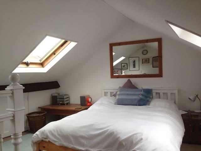 Loft room in victorian house  in Bradford on Avon - Bradford-on-Avon - House