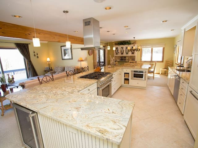 Impeccable luxury townhouse in the heart of Stowe