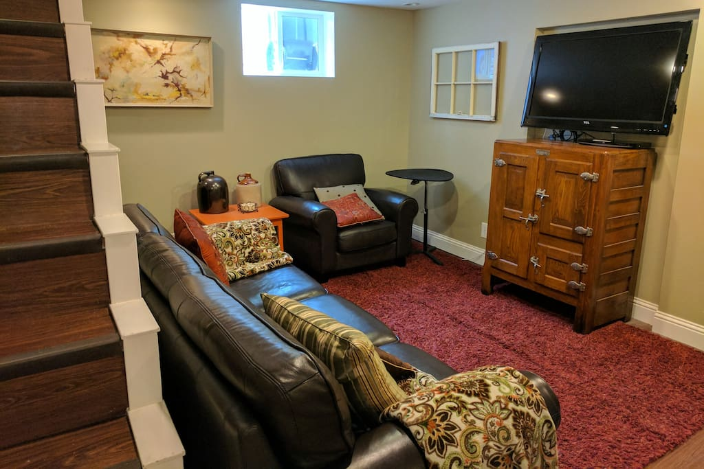 Comfortable sitting room with flat screen with cable TV/Netflix/Xfinity on demand