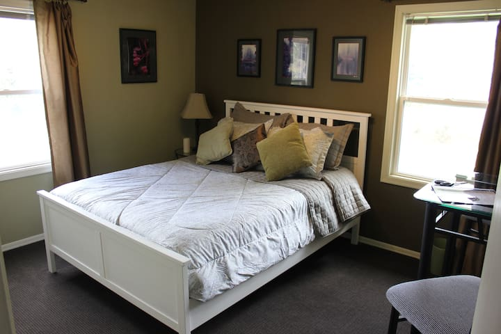 Cascade Room in Cute Brick Home - Burien