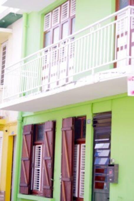 La maison sur 2 niveaux: séjour, cuisine, cour au rez de chaussée, chambres à l'étage