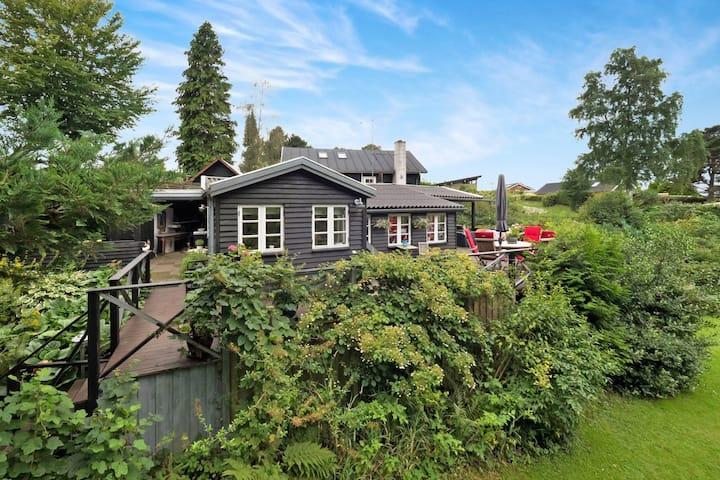 Peaceful cottage near fjord og forest