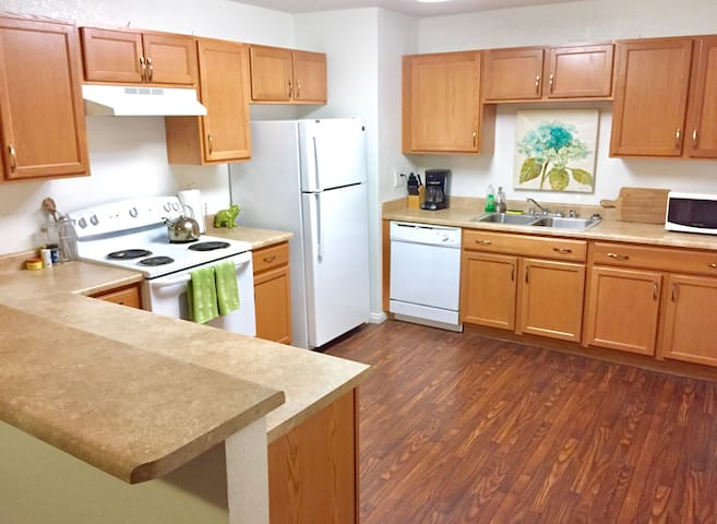 2 Bed 2 Bath Condo. Walk to LVCC, $8 Uber to Strip