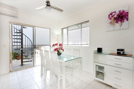 Stunning views, great location! Walk to the beach! - Redcliffe