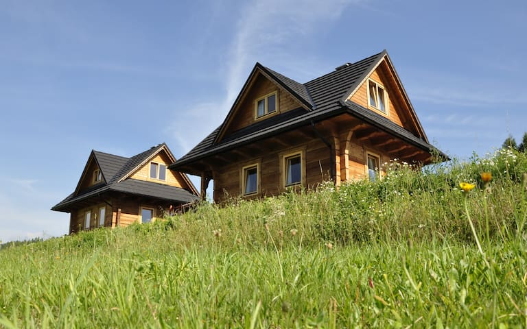 Widokówka, Pieniny, dwa domki z widokiem na Tatry - Kluszkowce