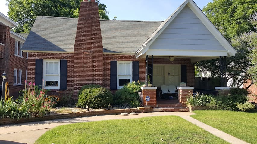 Cozy Bungalow in Historic Neighborhood - Oklahoma City - Casa