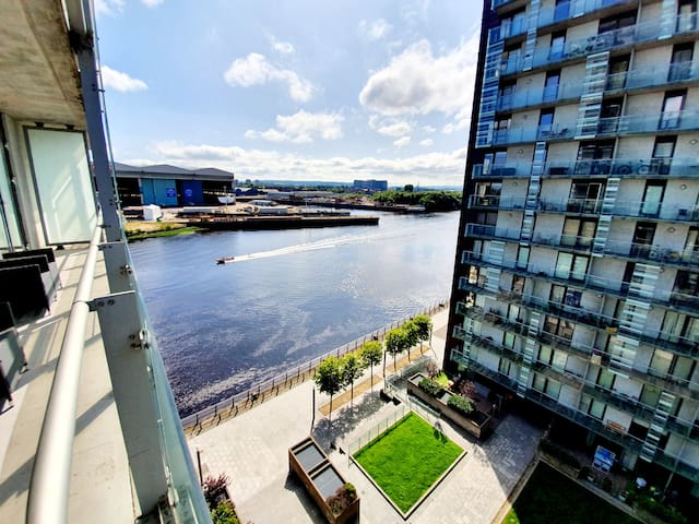 Airy Home with Balcony Closeby SSE Hydro & SECC!
