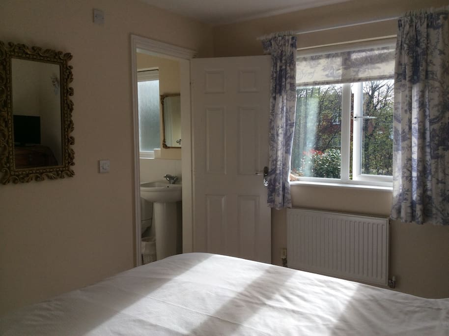 Guest bedroom en-suite
