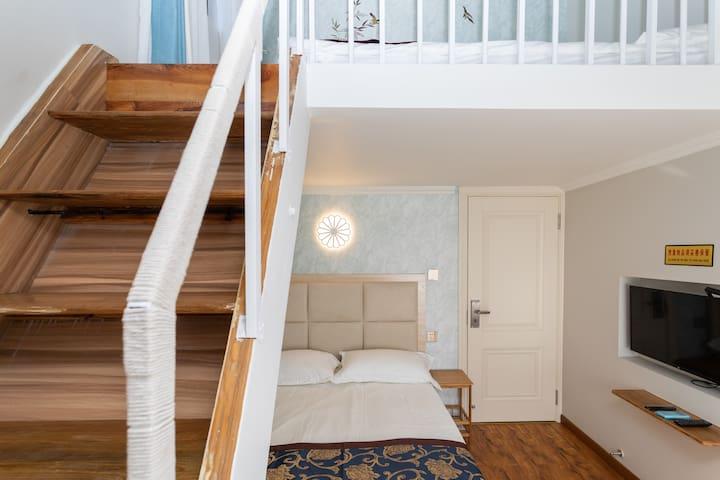 房源《梦回田园》3302家庭房:两张双人大床,可住4个大人。客房内安装32英寸小米智能电视机,光纤直通、独立网络,有线电视,独立WiFi,松下空调。楼下一张2X1.5米大床可供2人入住;牢固稳当安全不滑的实木楼梯上楼,楼上一张2X1.6米宽大的榻榻米床,轻松容纳2个大人睡眠。床铺纯棉高档床上用品,洁净舒适。楼梯护栏和床护栏缠绕了纯棉线绳,夏天手握汲汗,冬天手握暖和不浸手,同时确保安全、避免小朋友玩耍不小心碰撞身体受到伤害。