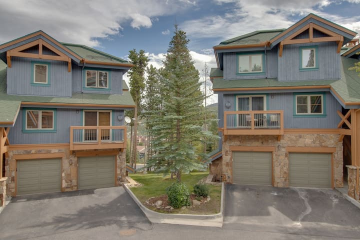 Ski-in/out condo w/shared pool & hot tub-near lifts, dining
