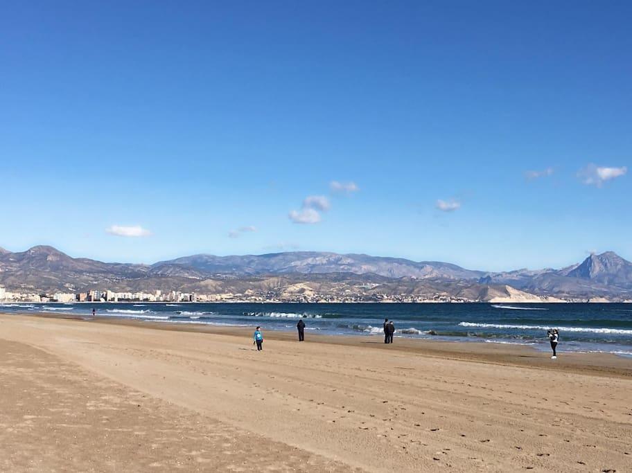 Beach view from apartment / Vista de la playa