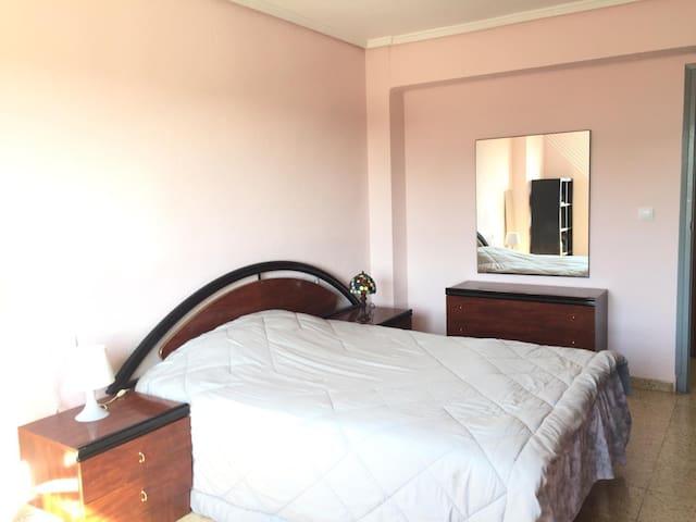 Amplia habitación privada, cama matrimonial, mesa