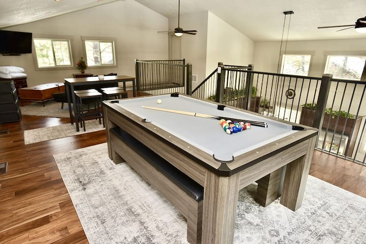 Cozy Cabin - New 2020 Construction, designer finishes, large jetted soaking tub, pool table!