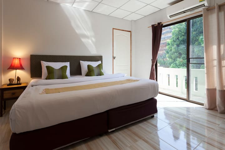 Chiangmai Guesthouse Large Family room city center - Chiang Mai - Pensió