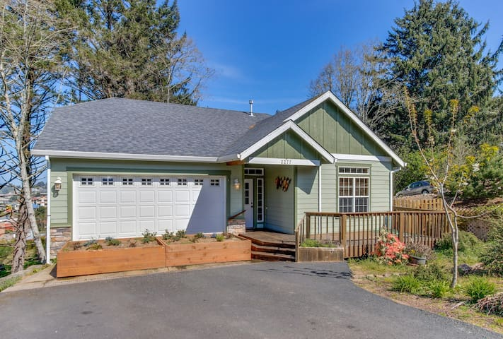 Modern 3 BR house w/room for 10, close to everything in town