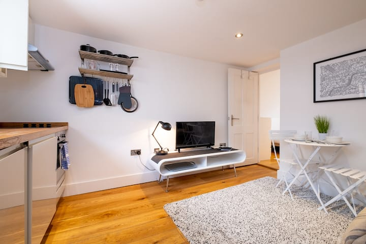 Cute, cosy and central - modern one bedroom apt
