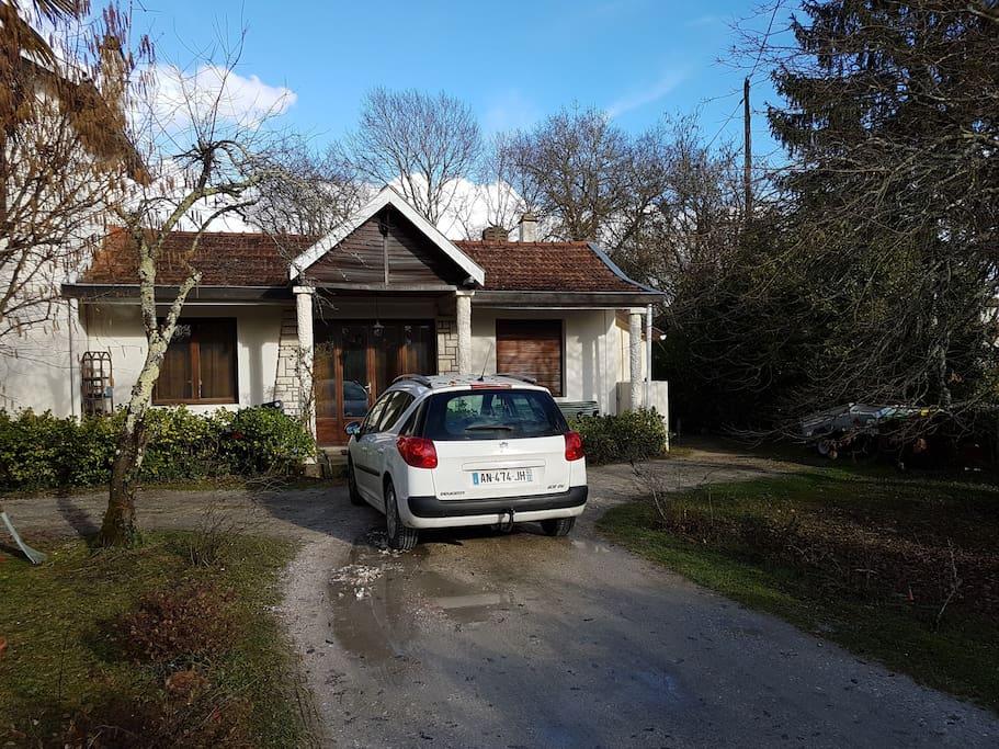 Possibilité de garer la voiture dans l'allée, le studio se trouve derrière la maison en empruntant le chemin par la droite