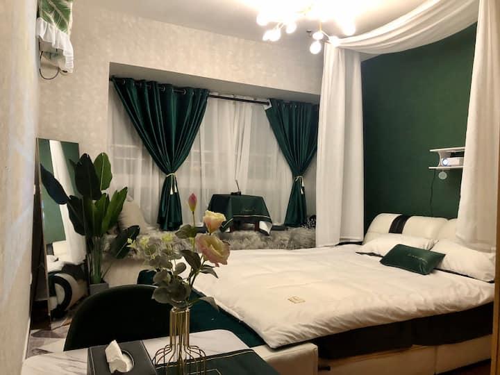 「归宿」超大投影 轻奢大床房 可做饭 mini时代旁 近学城 附近大超市 交通便利 舒适高级飘窗