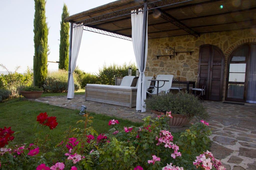 Il patio coperto e privato, il giardino privato e recintato, l'ingresso