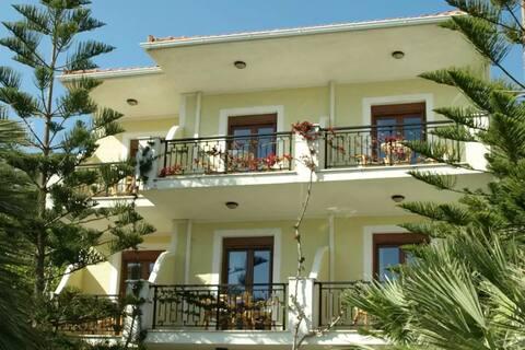 "Patra First Floor Apartment ""Komissa 's"""