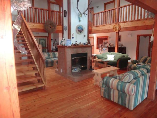 Alpine Meadows Lodge-Queen Room 1