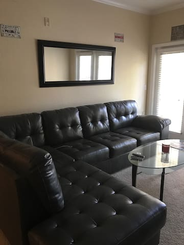 Comfy private area with queen bed and amenities. - Lakeland - Flat