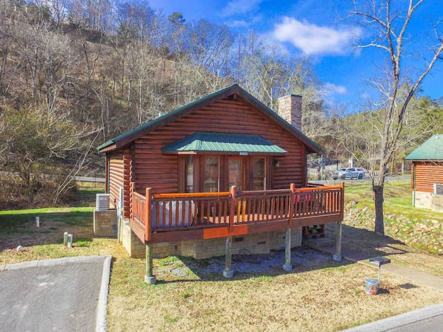 The Fox Hole, a charming one bedroom log cabin