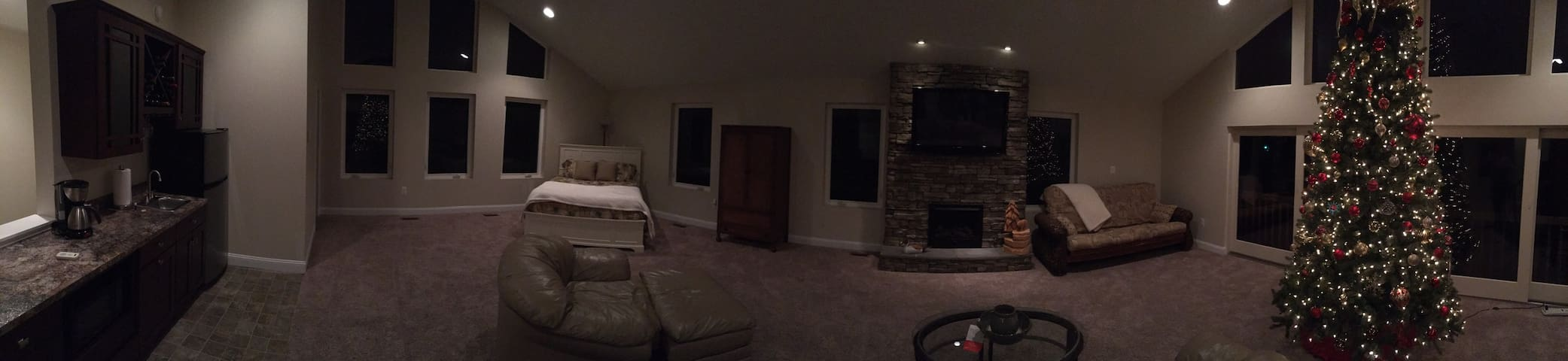 Click to see a panoramic of the entire room!