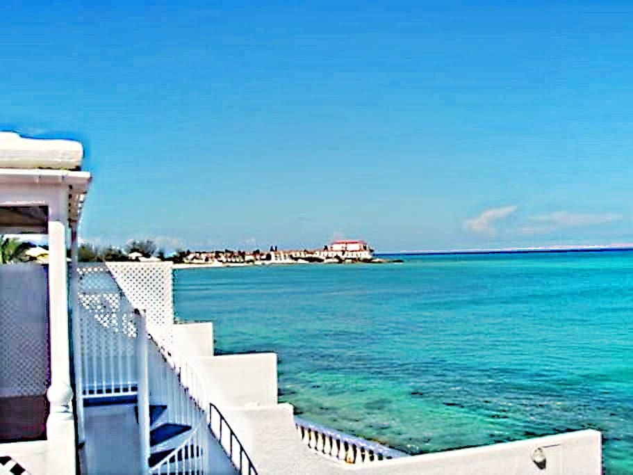The property benefits from 2 additional roof decks, each with spectacular panoramic views of the Bahamian waters