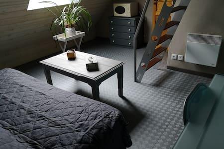 Chambre avec mezzanine dans une maison de campagne