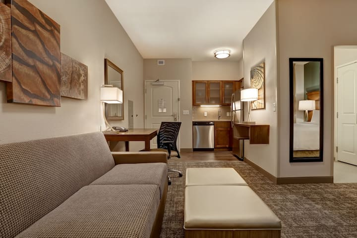 King Suite. Free Breakfast. Pool. Shared BBQ. Gym. Close to Overland Park Convention Center!