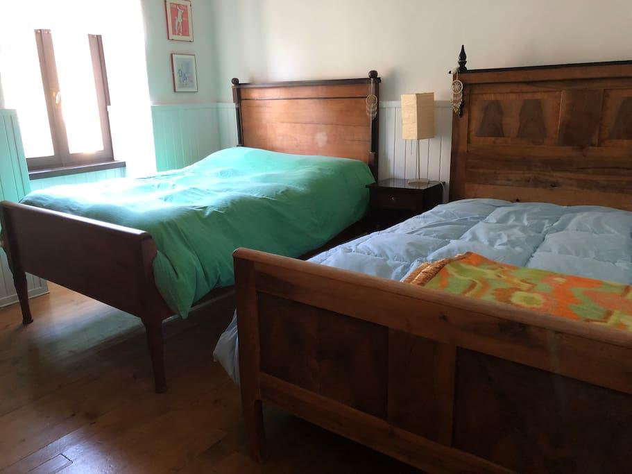 La camera con i due letti francesi (una piazza e mezza)