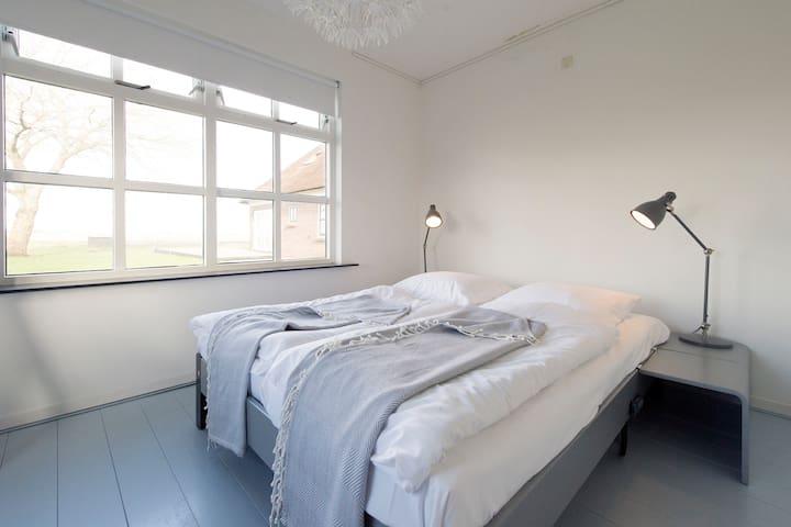 Rustig, modern, licht vakantiehuis - Nijetrijne - Apartment